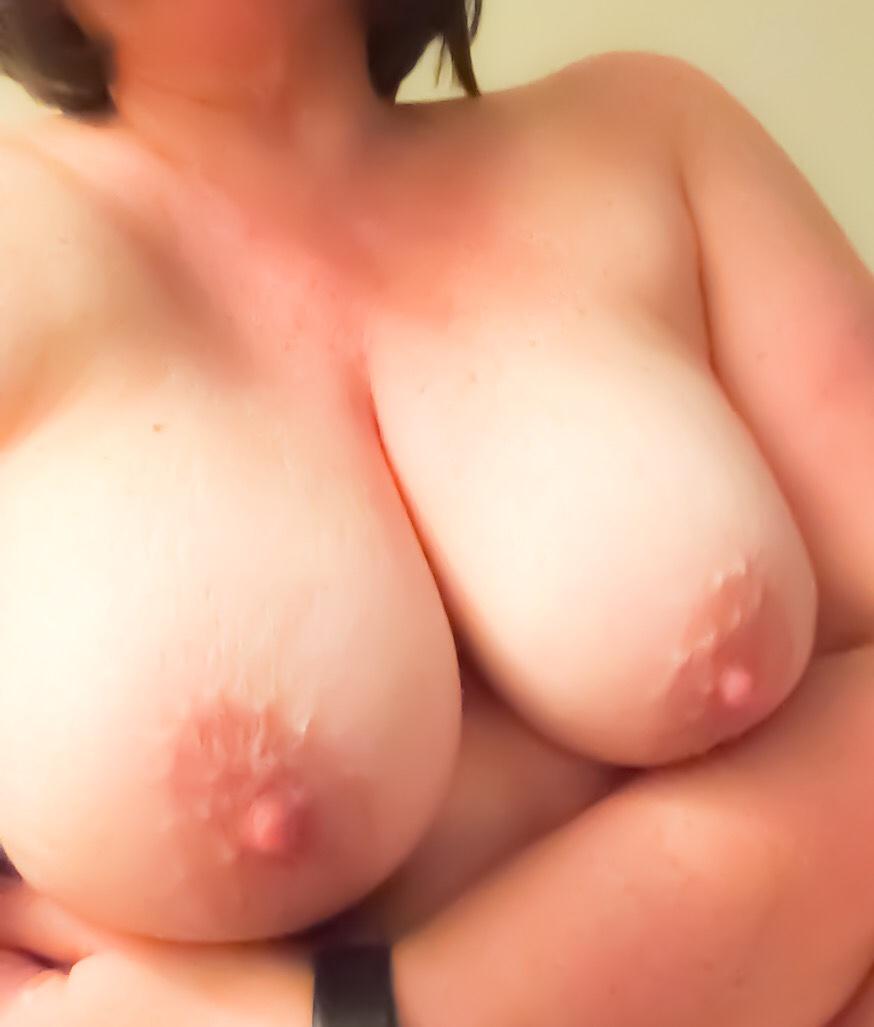 Femme mure joue avec sexe de puceau